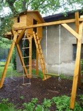 Houpačka a dětský domek na stromě