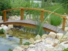 10. Obloukový zahradní mostek s jednostranným jednoduchým zábradlím