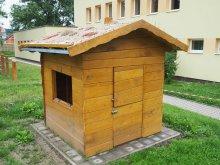 8. Dětský akátový domek se zelenou střechou