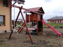 Věž se skluzavkou, houpačkou a pískovištěm