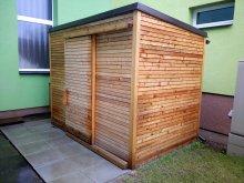 20. ND z modřínového rhombusu s pultovou střechou a posuvnými dveřmi, bez povrchové úpravy